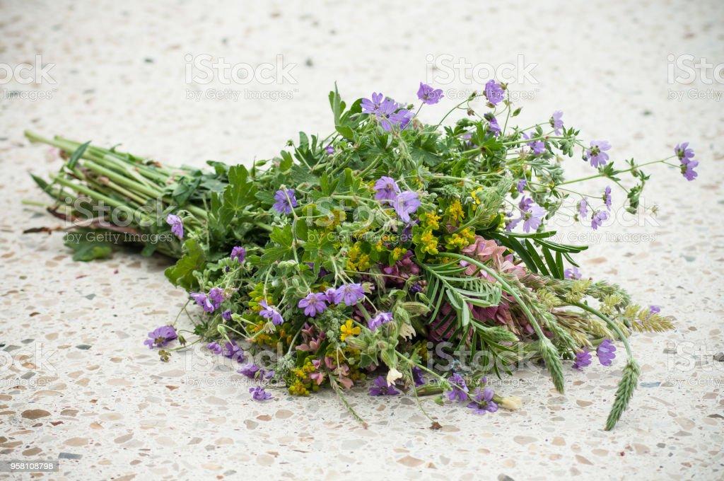 bouquet de fleurs sauvages sur table de marbre en plein air - Photo