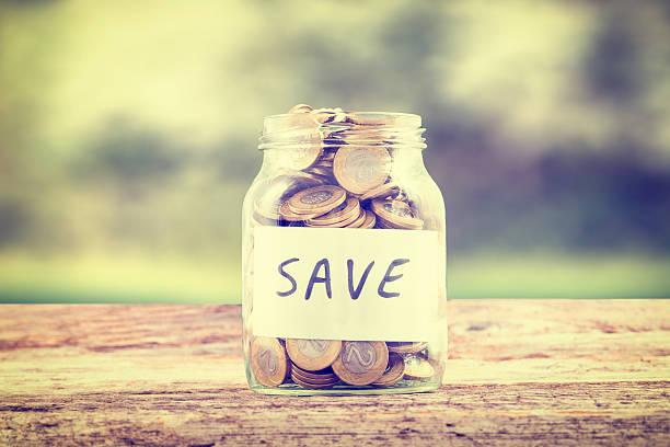 sparen sie geld in das glas. - scyther5 stock-fotos und bilder