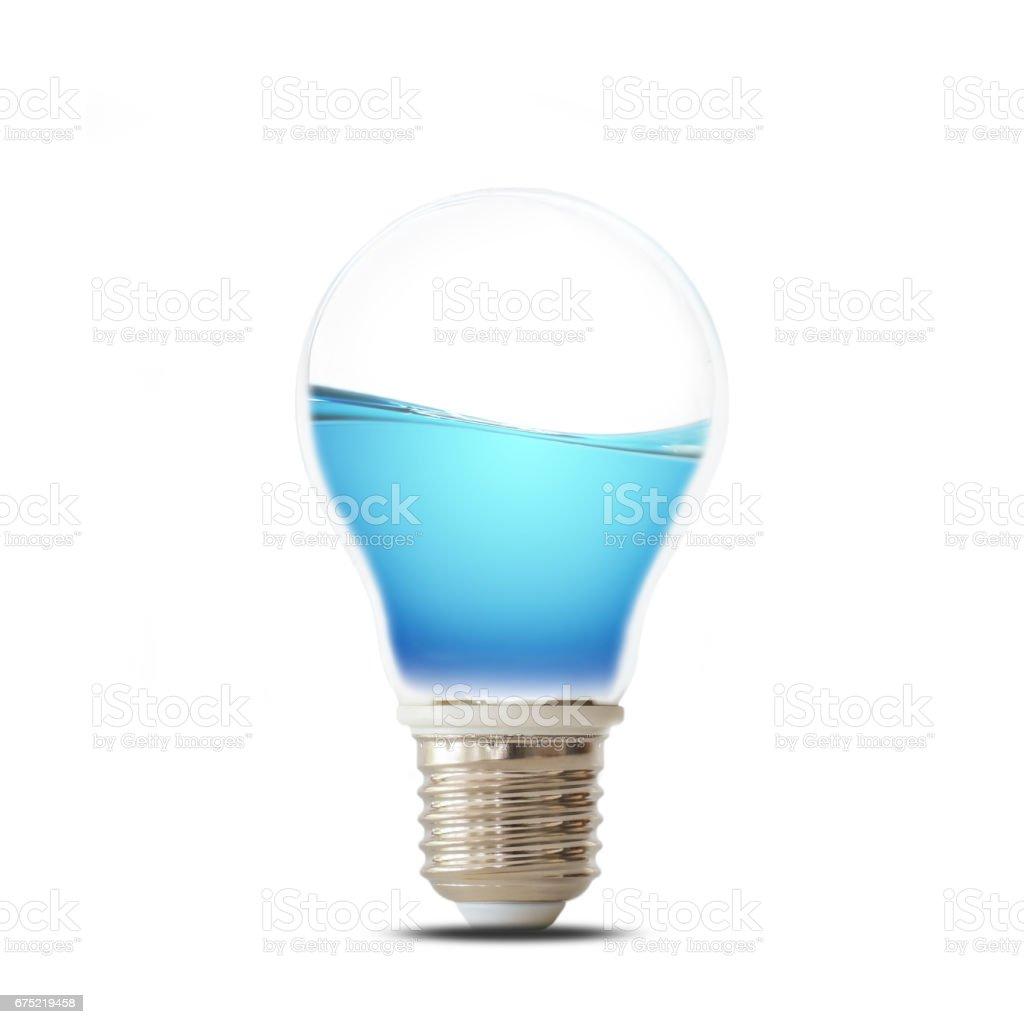 Salvar el concepto de agua, agua en bombilla aislado sobre fondo blanco - foto de stock