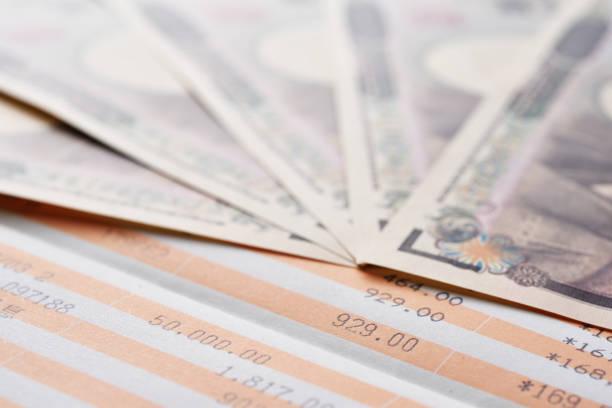 貯蓄口座の通帳と日本円 ストックフォト
