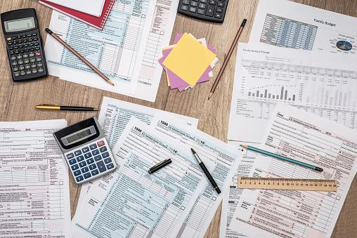 Saving Concept Tax Form Budget Notepad Pen Calculator - Fotografie stock e altre immagini di Affari