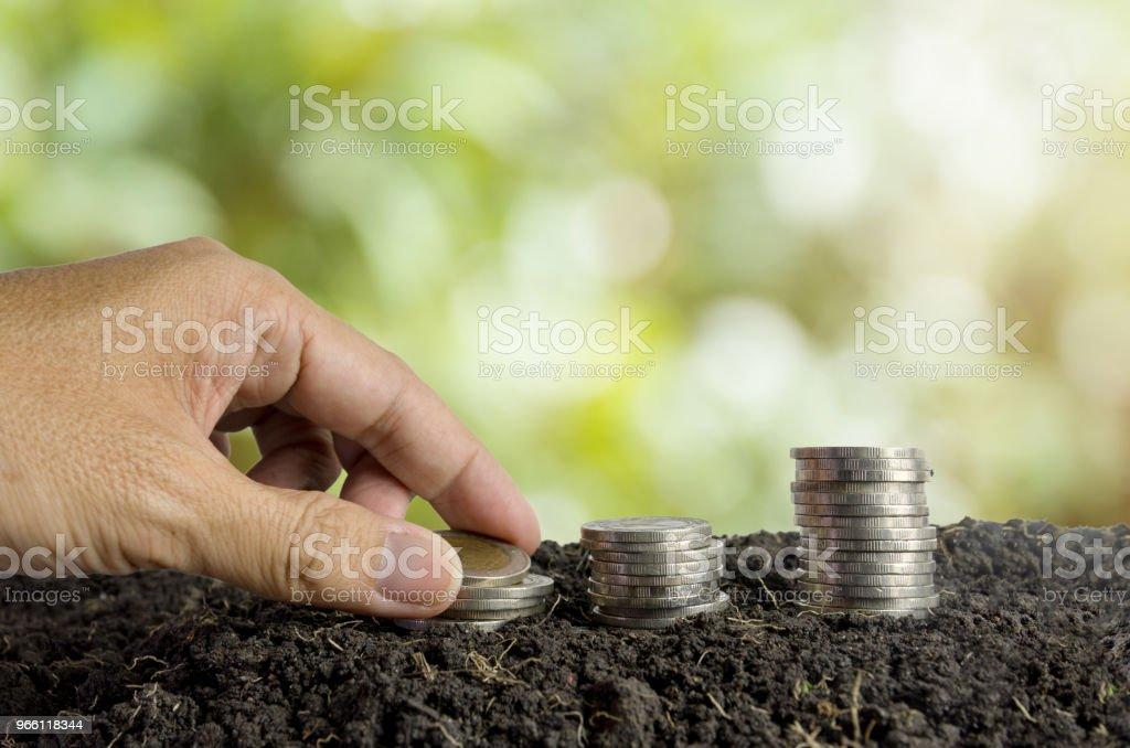Konzept spart Geld, Münzen im Boden - Lizenzfrei Bank Stock-Foto