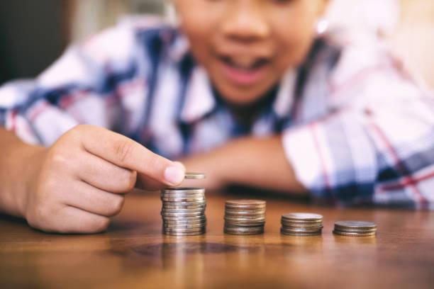 Sparen Geld-Konzept. Kid zählen Geld und Münze Stack zu machen. – Foto