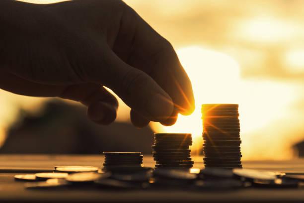 Spart Geld-Konzept preset von männlichen Hand Geld Münze Stapeln wachsendes Unternehmen. – Foto
