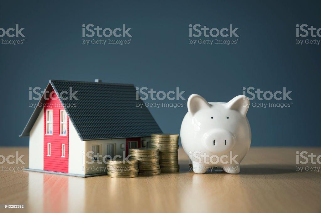 Économiser de l'argent pour le concept de la maison avec la tirelire blanche photo libre de droits