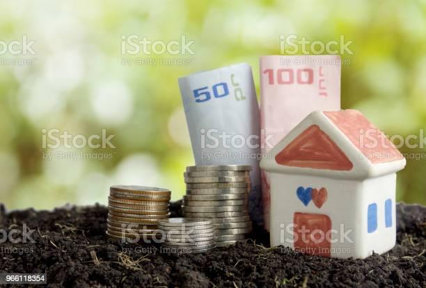 Spara Pengar För Att Bygga Ett Hus Koncept Hus Och Pengar I Jord-foton och fler bilder på Amerikanska sedlar