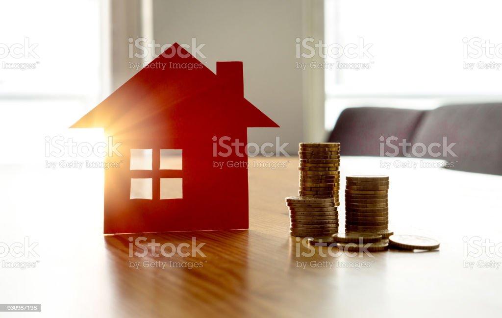 Ahorrar dinero para comprar casa nueva. Alta Alquile precio o casa el costo de seguros. - foto de stock