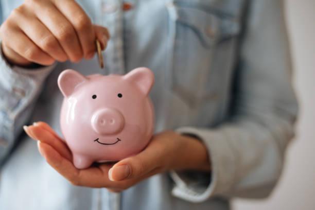 돼지 저금통으로 돈을 절약 스톡 사진