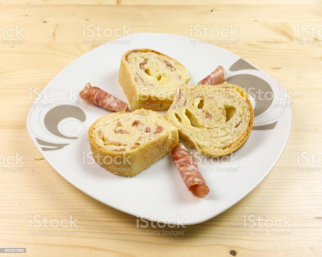 Herzhafte Kuchen Mit Salami Schinken Und Kase Auf Holzernen