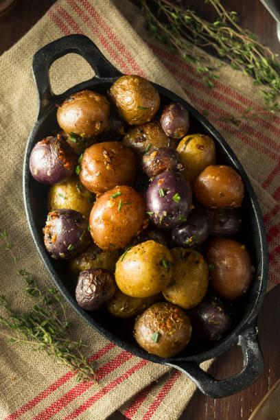 herzhafte hausgemachte butter und knoblauch babykartoffeln - knoblauchkartoffeln stock-fotos und bilder