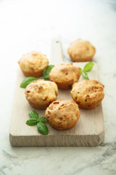 leckere muffins - käsemuffins stock-fotos und bilder