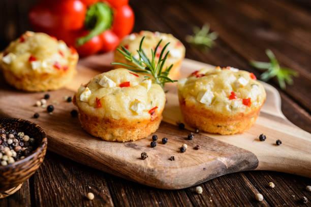 herzhaften muffins mit feta-käse, quark, pfeffer und kräutern - käsemuffins stock-fotos und bilder