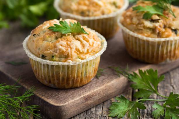 herzhaften muffins mit zucchini und käse - käsemuffins stock-fotos und bilder