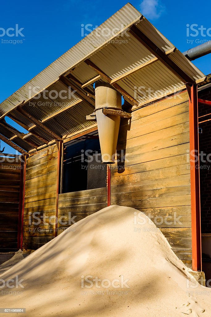 Sawdust outlet and pile photo libre de droits