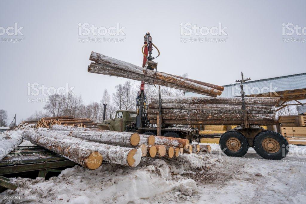 Sägewerk im Winter. Bild der LKW-Verladung Holz – Foto
