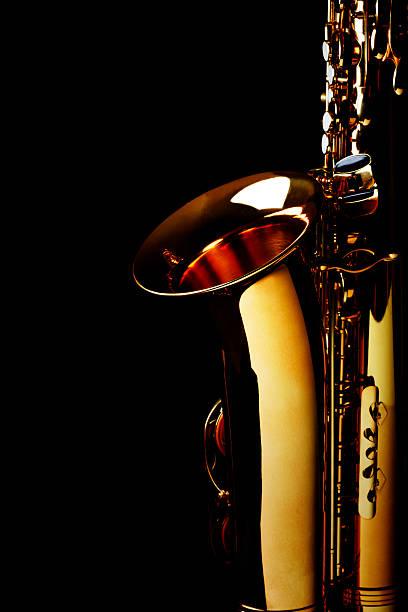 saxophon mit schwarzem hintergrund. farbe - altsaxophon stock-fotos und bilder