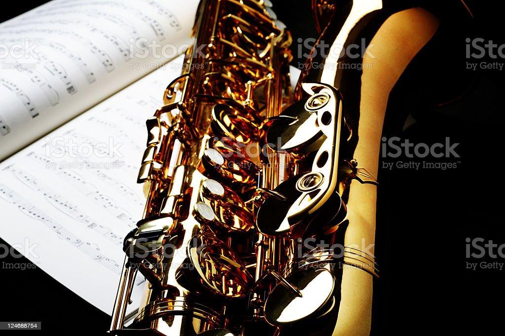 Saxofón Con Hoja De Música - Fotografía de stock y más imágenes de ...