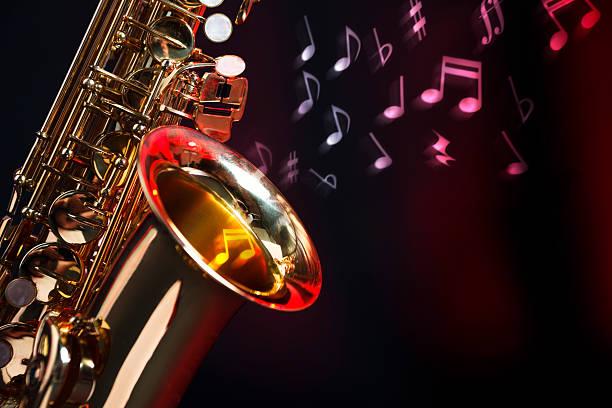 saxophon mit musikalischen notizen - altsaxophon stock-fotos und bilder