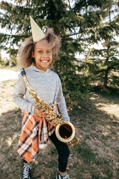 saxophon student - vorschulgeburtstag stock-fotos und bilder