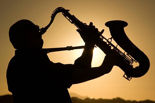 saxophonist in der Dämmerung 1 – Foto