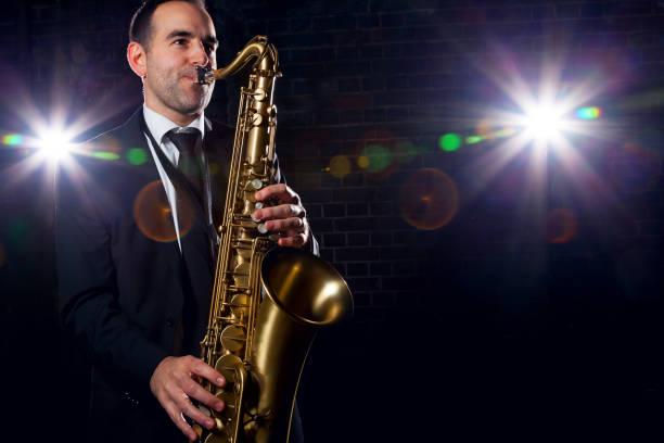 saxophonist spielen mit leidenschaft im club - altsaxophon stock-fotos und bilder