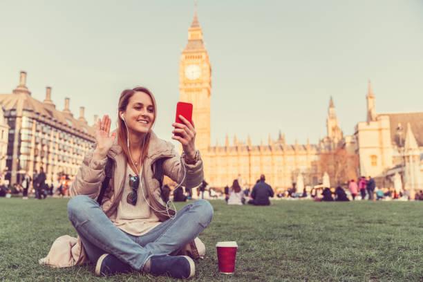sagen hallo videoanruf aus london - englandreise stock-fotos und bilder