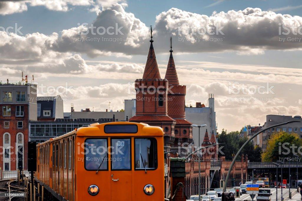 S-Bahn-Zug auf Oberbaum Brücke Oberbaumbrücke Kreuzberg in Berlin – Foto