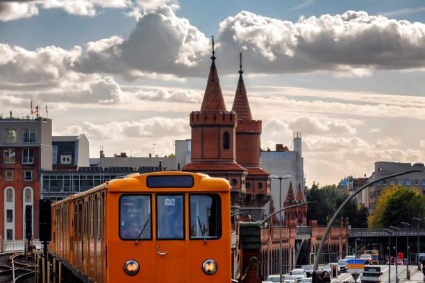 s-bahn trein op oberbaum brug oberbaumbrücke kreuzberg in berlijn - oost duitsland stockfoto's en -beelden
