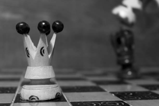 Scacchi fotografati su una scacchiera Scacchi fotografati su una scacchiera quadrato stock pictures, royalty-free photos & images