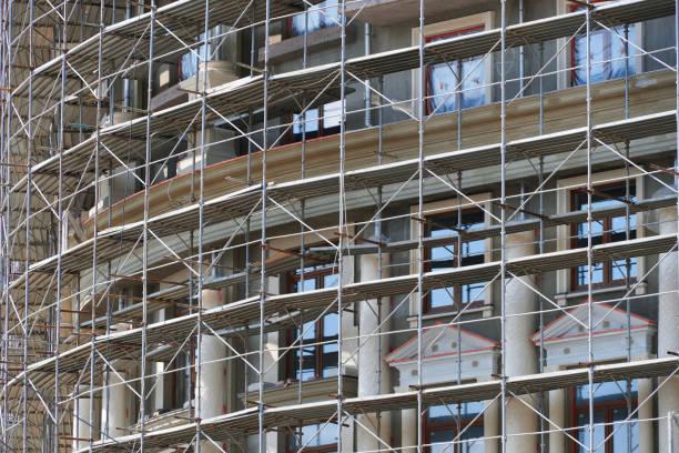 Gerüst an der Fassade eines im Bau befindlichen Gebäudes, mehrgeschossiges Gebäude, ohne Personen – Foto
