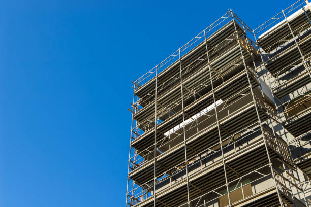 scaffolding housing construction - foto stock