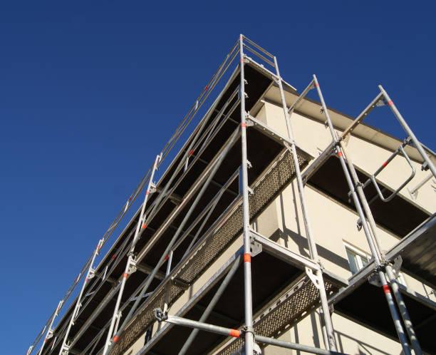Byggnadsställningar framför byggnaden bildbanksfoto