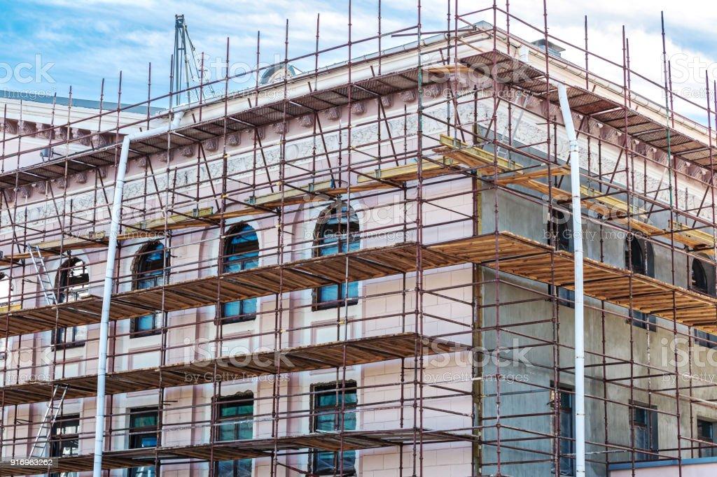 Gerüste an Wand des Gebäudes für die Renovierung der Fassade – Foto