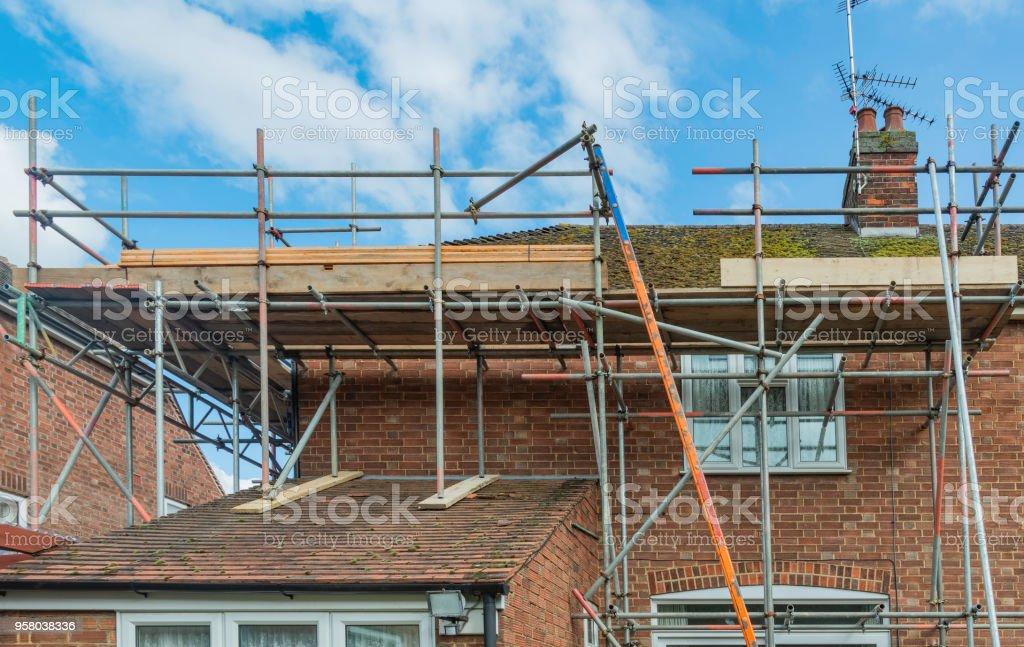 Gerüst um eine Doppelhaushälfte (Wohngebäude) – Foto