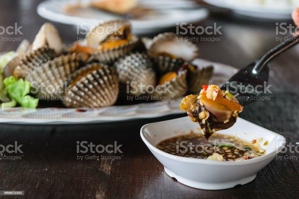 Escaldadura vieiras, concha de berberecho, en restaurante tailandés. - foto de stock