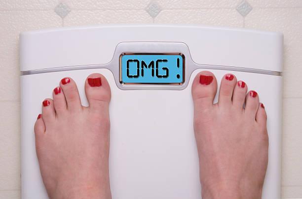 omg scale - lichaamsbewustzijn stockfoto's en -beelden