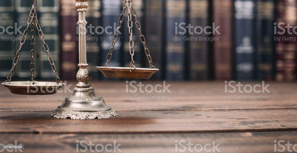 Libros de escalas de la justicia y el derecho sobre un fondo de madera. - foto de stock