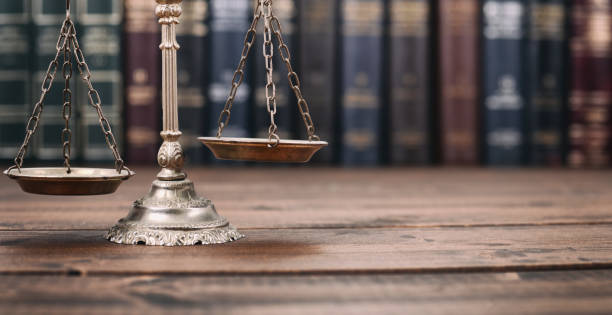 scales of justice and law books on a  wooden background. - principio foto e immagini stock