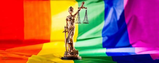 Maßstab der Gerechtigkeit Symbol für Recht und Gerechtigkeit mit lgbt Flagge – Foto