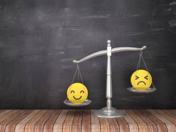 Maßstab der Gerechtigkeit mit Emoticon auf Holzboden-Chalkboard-Hintergrund-3D-Rendering – Foto