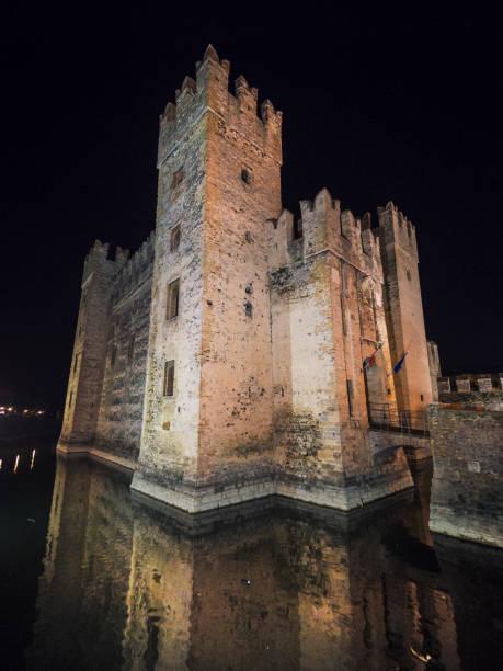 castelo scaliger em sirmione, no lago de garda, a noite, lombardia, itália, europa - lombardia - fotografias e filmes do acervo