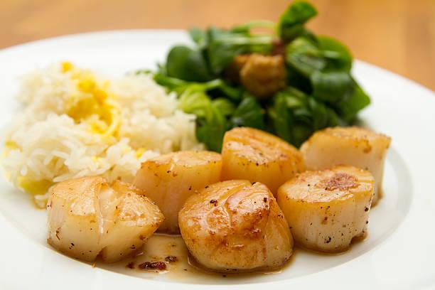 jakobsmuscheln mit reis, safran-sauce und mais-salat - kuqa stock-fotos und bilder