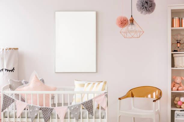 skandinavische babyzimmer mit babybett - hellrosa zimmer stock-fotos und bilder