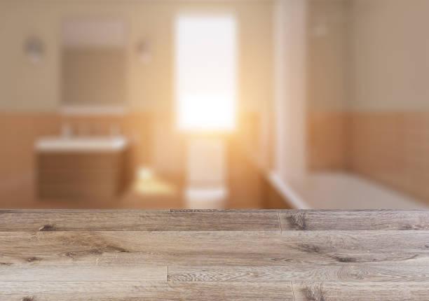 Casa de banho escandinava, projeto interior do vintage clássico.  Mesa de madeira vazia. - foto de acervo