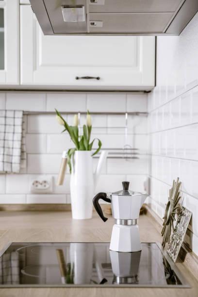 skandinavisches interior design. kaffeemaschine. weiß grau küche raumorganisation - küche deko blog stock-fotos und bilder