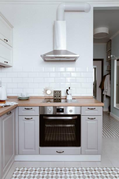 skandinavisches interior design. weiß grau küche raumorganisation - küche deko blog stock-fotos und bilder