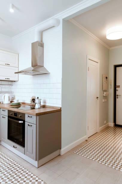 skandinavisches interior design. studio-apartment organisation weiß grau - küche deko blog stock-fotos und bilder