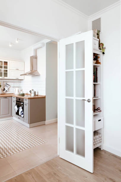 skandinavisches interior design. studio-apartment zimmer organisation weiß grau - küche deko blog stock-fotos und bilder