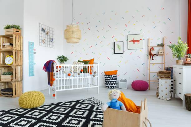 skandinavischen stil babyzimmer - fuchs kissen stock-fotos und bilder