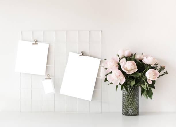 decoração de sotão casa estilo escandinavo com flores de peônia - mood board - fotografias e filmes do acervo